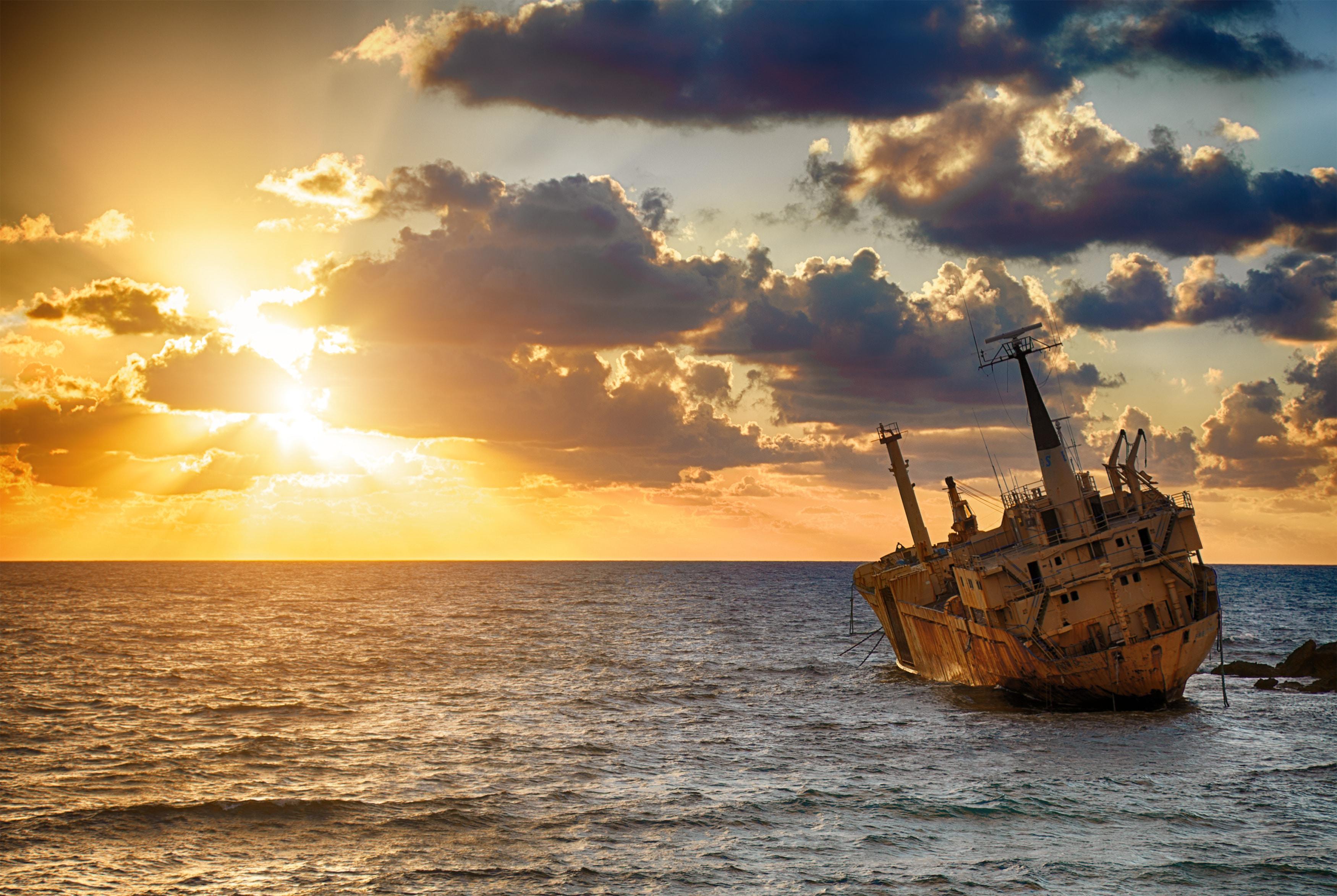 ik sta op een beschadigd schip